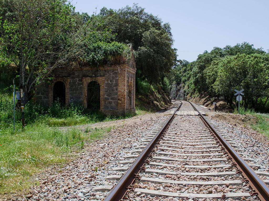 Paso sobre las vías del tren junto al apeadero.
