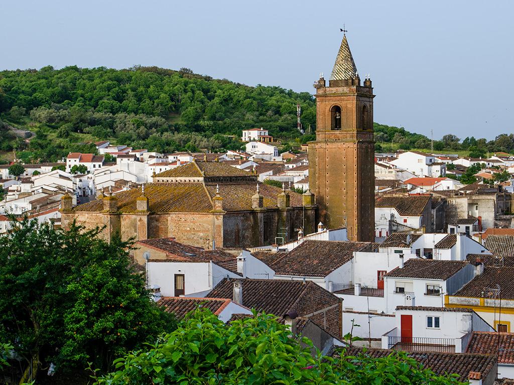 Vista de la Iglesia Parroquial del Divino Salvador y parte de la localidad de Cortegana.