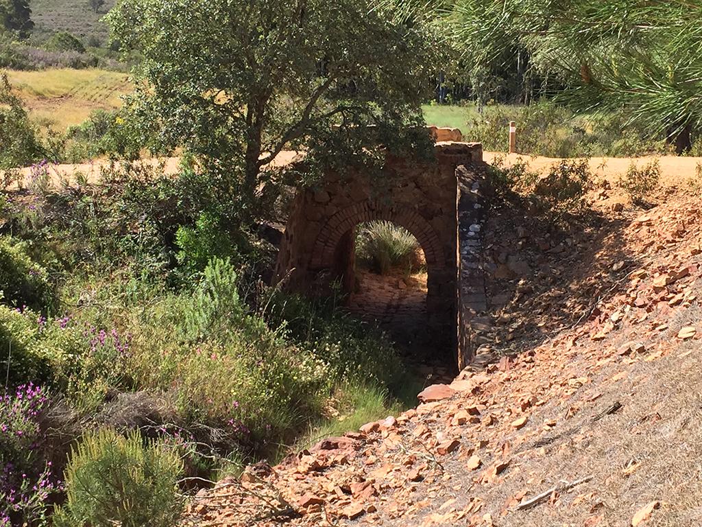 Puente de piedra, a escasos metros del Poblado de Sardón