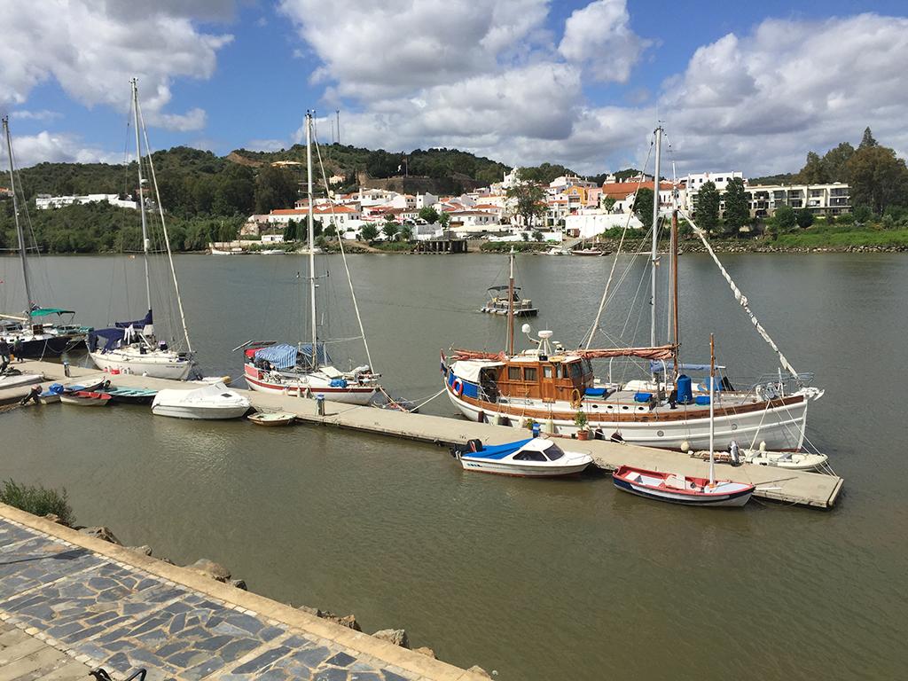 Puerto Deportivo de Sanlúcar de Guadiana. Al fondo Alcoutim (Portugal)