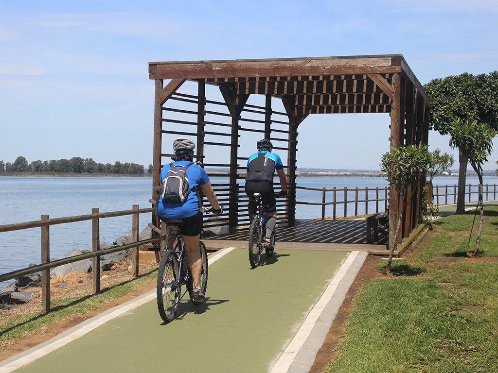Paseo y carril bici junto a la ría, Huelva.