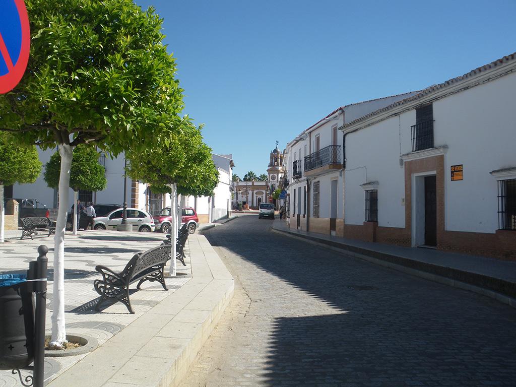 Entrando en Chucena por la calle Purchena, con el ayuntamiento al fondo