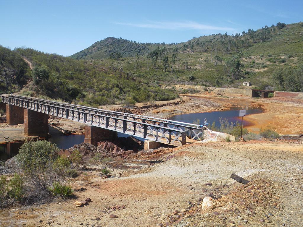 Puente de Cachán y vía del tren minero