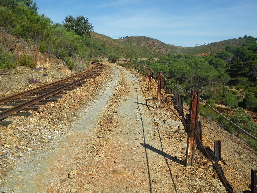 Camino junto a la vía del ferrocarril turístico minero